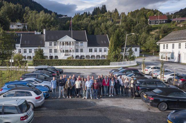 groep mensen in Noorwegen autoreis dolf dekking