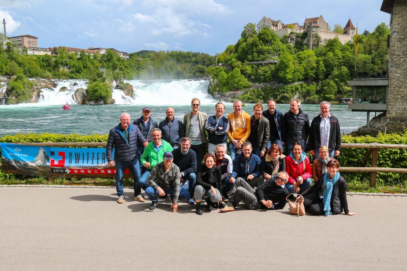 groep mensen bij de Rheinfall tijdens dolf dekking driving events tour